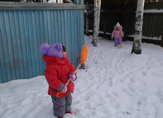 снег и лопата