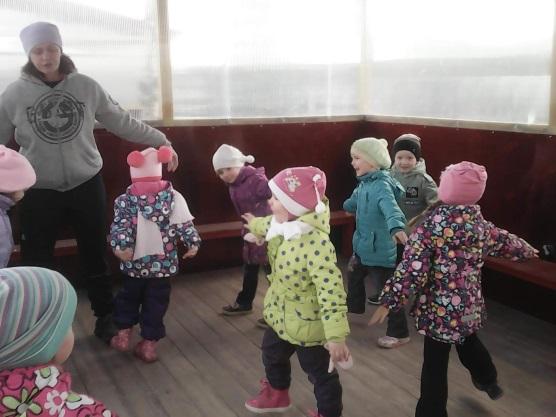 дети на занятии по физкультуре