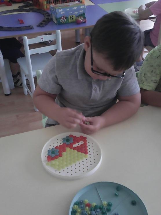 ребёнок играет с мозайкой